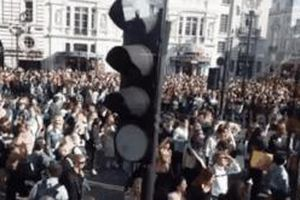 Fan làm ách tắc đường phố London để chờ đón BTS diễn tại sân Wembley