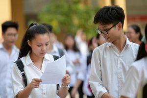 'Đề thi Toán vào lớp 10 khiến học sinh hùng hục tính toán'
