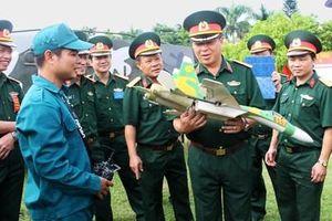 Chiến sĩ 'sao vuông' chế tạo máy bay mô hình