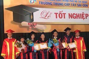 Gần 600 'cụ' sinh viên nhận bằng tốt nghiệp trung cấp
