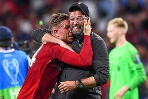 Cầu thủ Liverpool khóc nức nở khi nâng cúp Champions League!