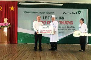 Vietcombank trao tặng xe cứu thương cho Bệnh viện Đa khoa khu vực Hồng Ngự