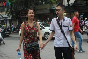 Thi vào lớp 10 ở Hà Nội: Phụ huynh nhà xa ngược xuôi tìm chỗ nghỉ trưa