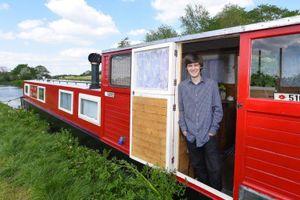 Nam sinh 18 tuổi biến con thuyền cũ thành căn nhà tiện nghi