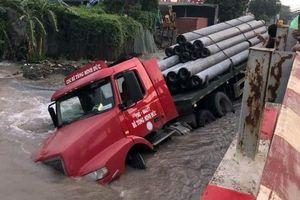 Sập đường do vỡ ống nước, ôtô rơi xuống hố 'tử thần'