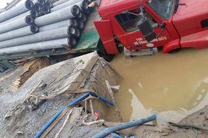 Hà Nội: Xe container làm vỡ đường ống, 3 quận nội thành nguy cơ mất nước