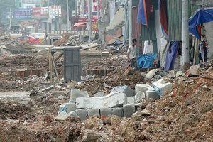 Mặt tiền chênh vênh, người dân chật vật bắc cầu lên nhà trên phố Phạm Văn Đồng
