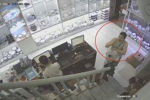 Camera ghi trọn cảnh người phụ nữ trộm tiền ở cửa hàng gốm sứ