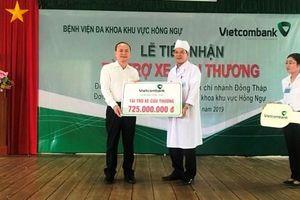 Vietcombank Đồng Tháp tặng xe cứu thương cho Bệnh viện Đa khoa khu vực Hồng Ngự