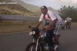 Đổi chỗ cho nhau trên xe máy đang chạy, 2 người đàn ông nhận cái kết đắng