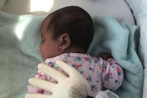 Mẹo giúp trẻ sơ sinh ngủ ngoan chỉ bằng chiếc găng tay cao su và gạo