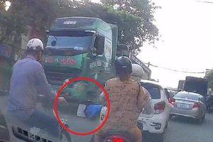 Clip: Xe máy sang đường kiểu tự sát, suýt chết dưới bánh xe 'hổ vồ'
