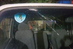 2 thanh niên phê ma túy chọi gạch vào xe CSGT