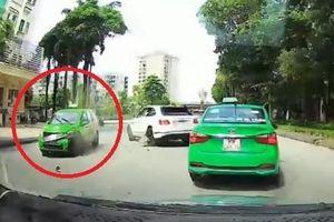 Ôtô lấn làn đâm hỏng nặng taxi ở Hà Nội