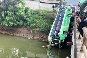 Xe khách lao xuống sông, ít nhất 1 người tử vong