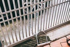 Ôtô đậu trước cửa bị 'các cô' lấy xích khóa vào cổng