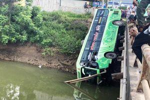 Hai người tử vong do xe khách lao xuống bờ sông