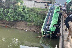 Người dân bàng hoàng nhìn xe khách 45 chỗ lao xuống sông