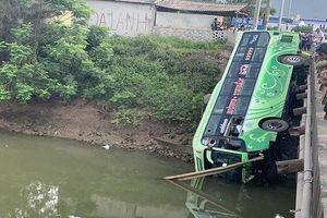 Thanh Hóa: Xe khách bất ngờ lao xuống sông khiến 1 người tử vong, nhiều người bị thương