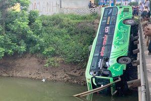 Xe khách mất lái lao xuống sông, 1 người chết, 2 người bị thương