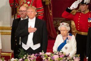 Ông Trump phá vỡ quy tắc hoàng gia khi diện kiến Nữ hoàng Anh
