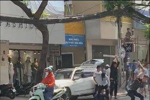 Hai nhóm thanh niên hỗn chiến giữa phố Sài Gòn, 2 người bị thương