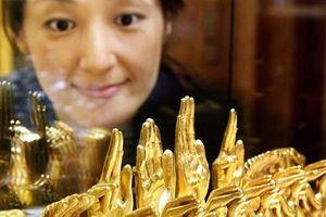 Giá vàng tăng mạnh vượt xa mức 1.300 USD/ounce khi bất ổn tăng cao