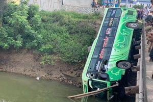 Thanh Hóa: Xe khách rơi xuống sông khiến 2 người thiệt mạng
