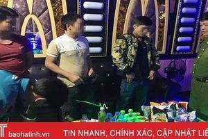 4 thanh niên Hương Khê rủ nhau vào quán karaoke… 'đập đá'!