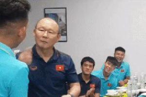 Clip: Thầy Park 'lầy lội' yêu cầu Hồng Duy hôn má trong ngày sinh nhật khiến fans không cười không được