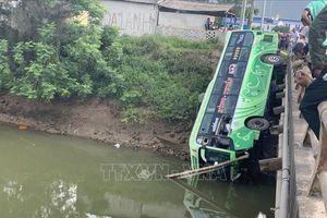 Xe khách lao xuống sông, ít nhất 1 người chết, 8 người bị thương