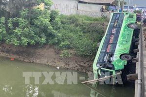 Xe khách lao xuống sông khiến 2 người chết, 8 người bị thương