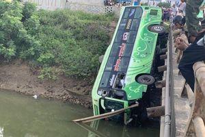 Xe khách lao xuống sông, ít nhất 9 người thương vong