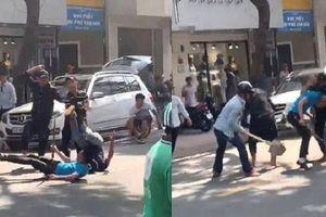 2 thanh niên đi ô tô bị hàng chục giang hồ đánh gục, nằm lê lết giữa đường Sài Gòn