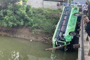 Xe khách lao qua lan can cầu rơi xuống sông, ít nhất 1 người tử vong