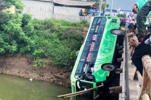 Thanh Hóa: Xe khách đâm gãy thành cầu, lao xuống sông gây tai nạn nghiêm trọng