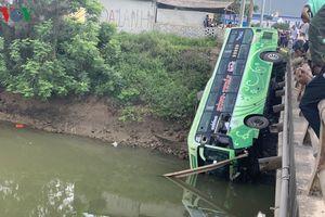 Xe khách lao xuống sông nhiều người thương vong