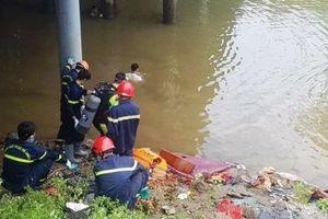 Vụ xe khách lao xuống sông ở Thanh Hóa: Thợ lặn đang tìm người dưới sông