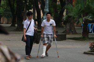 Bị tai nạn, thí sinh vẫn chống nạng đi thi lớp 10 chuyên ở Hà Nội