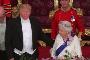 Chạm tay vào lưng Nữ hoàng, ông Trump vi phạm nghi thức Hoàng gia Anh?