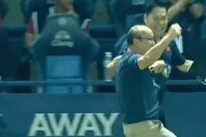Thầy Park nhảy cẫng ăn mừng sau pha ghi bàn của Anh Đức