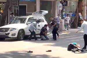 2 người đi Mercedes bị đánh gục trên phố Lê Văn Sỹ