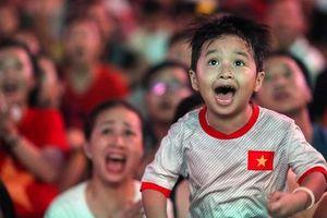 Hàng ngàn CĐV 'nổ tung' cảm xúc khi Việt Nam ghi bàn hạ Thái Lan