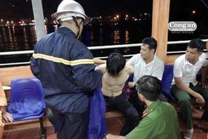 Cứu thanh niên nghi ngáo đá nhảy xuống biển