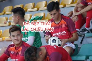 Tuyển thủ U.23 Việt Nam vui vẻ kí tặng fan sau trận hòa Viettel
