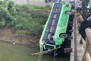 Vụ xe khách lao xuống sông: Do tài xế buồn ngủ