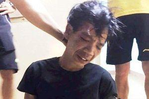 Cảnh sát 113 bị kẻ nghi ngáo đá kề dao vào cổ, ép đưa đi trốn