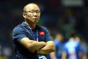 HLV Park lo lắng khi học trò liên tục bị chơi xấu