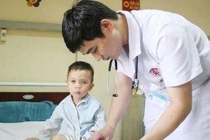 Bé trai 3 tuổi bị liệt hai chân sau giấc ngủ trưa