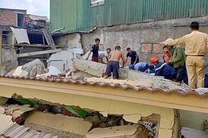 Hà Tĩnh: Ngôi nhà bất ngờ đổ sập khi tháo dỡ, một người mắc kẹt